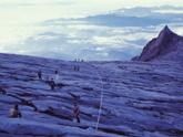広大な一枚岩の岩肌を登る